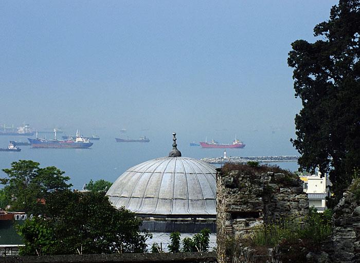 Foto van koepel en op achtergrond schepen