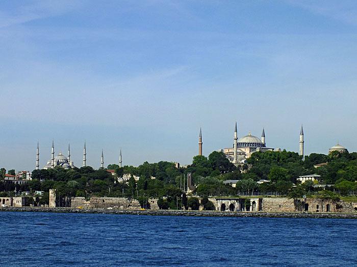 Foto van minaretten aan oever