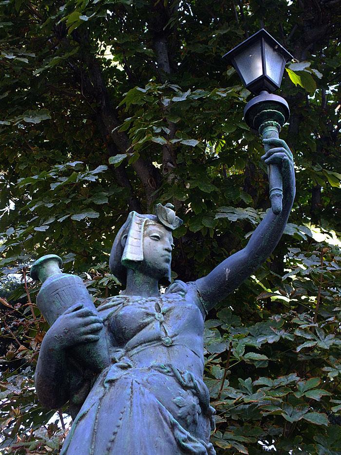 Foto van standbeeld van vrouw met lantaarn