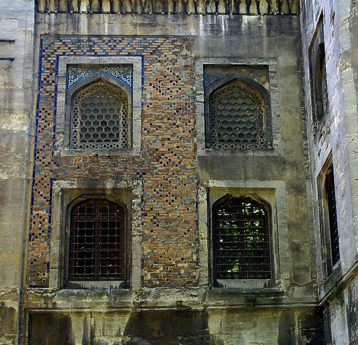 Foto van ramen in oude muur