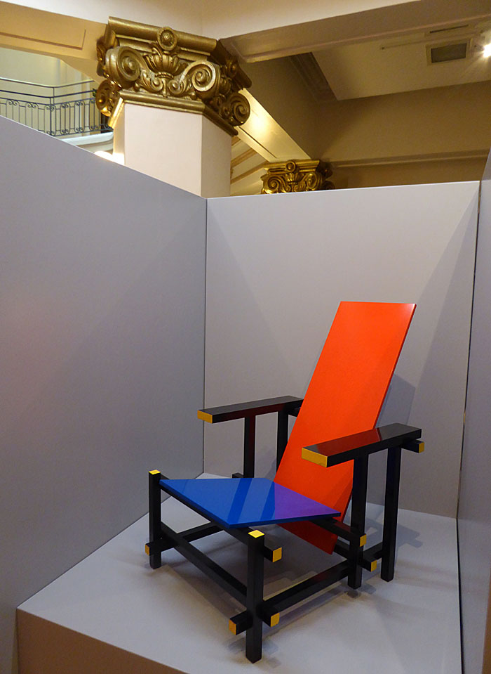 Foto van Rietveld-stoel en klassieke zuil