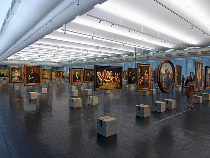 Foto van zaal met schilderijen