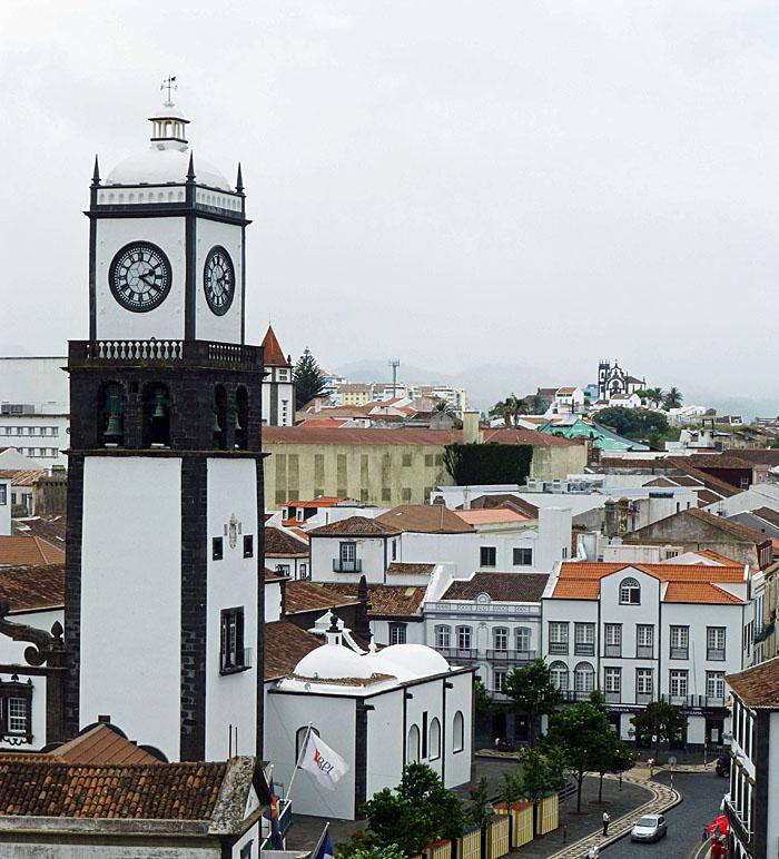 Foto van uizricht met toren en daken