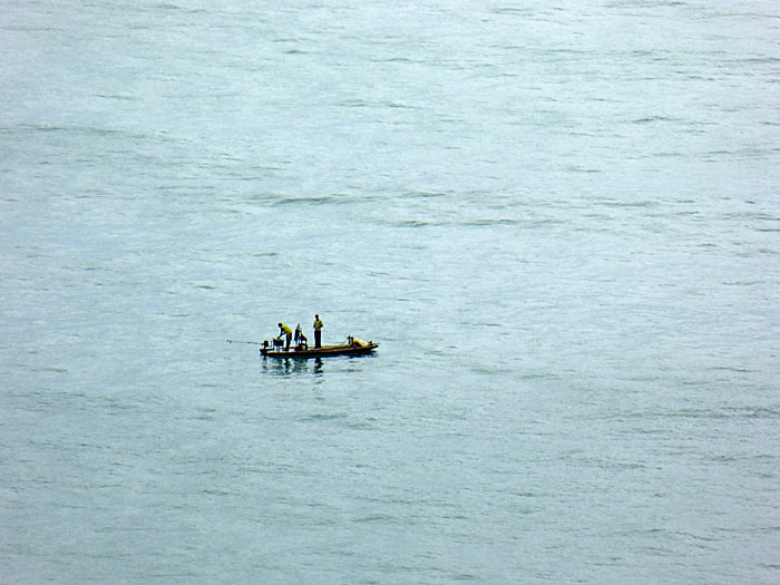 Foto van twee mannen staand op bootje