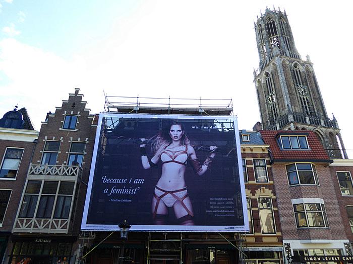 Foto van grote reclame en domtoren