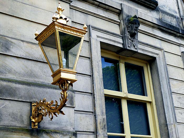 Foto van vergulde lantaarn en raam