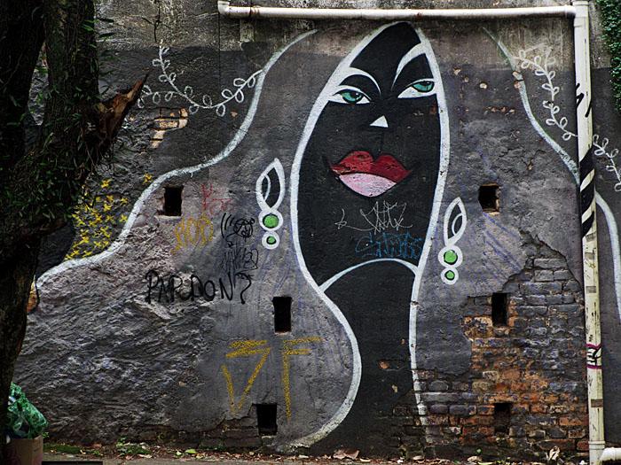 Foto van graffitis met gestileerde vrouw