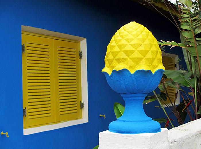 Foto van blauwgeel ornament bij huis