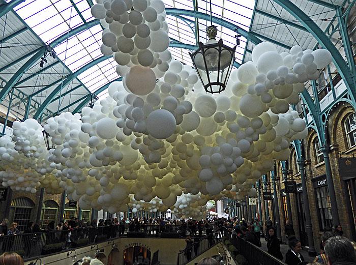 Foto van witte ballonnen in markthal
