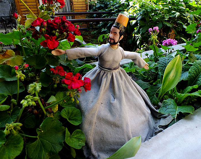 Foto van pop van derwisj in plantenbak