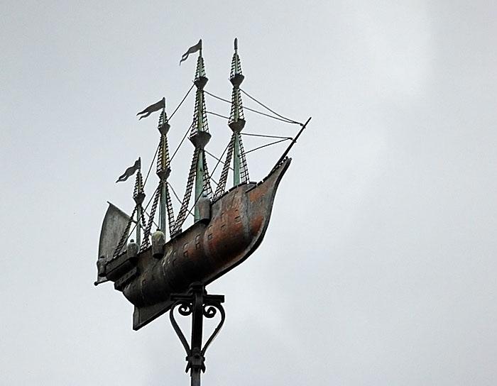 Foto van schip op toren (windvaan)