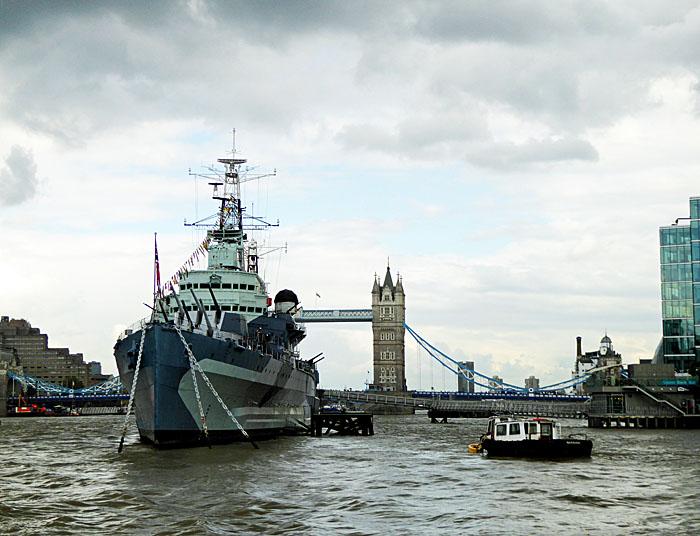 Foto van oorlogsschip op de Theems
