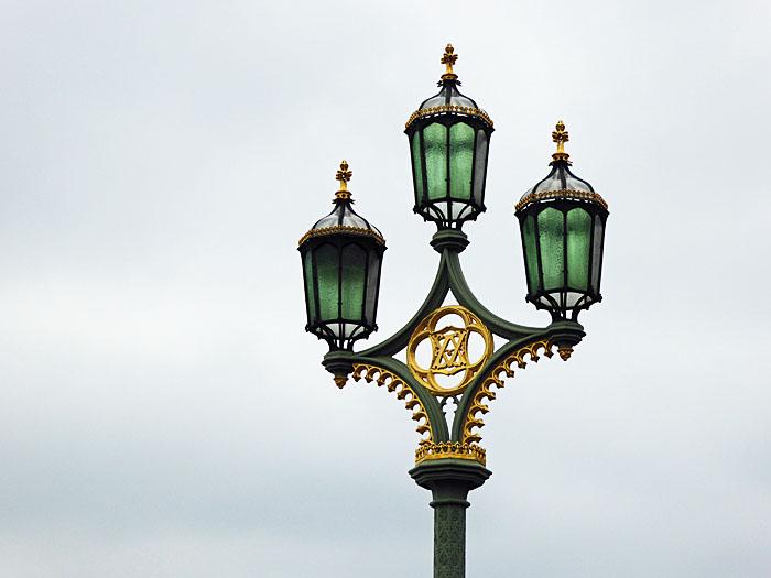 Foto van lantaarn met drie lampen