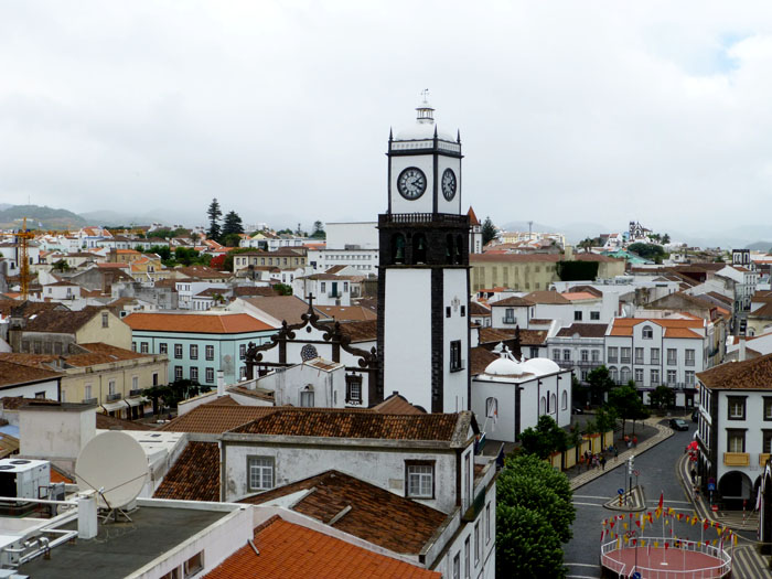 Foto van uitzochte over stadje met kerktoren