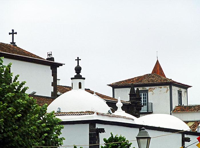 Foto van daken en koepels met kruis