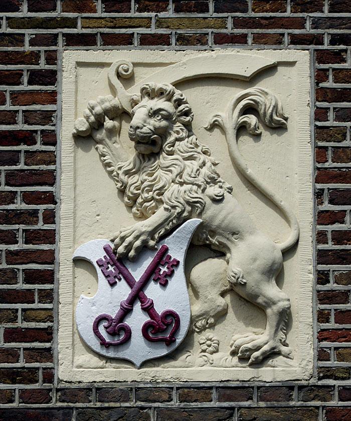 Foto van gevelsteen met leeuw met zwaard en schild