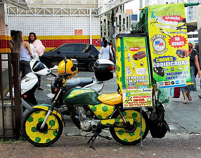 Foto van motorfiets met reclame