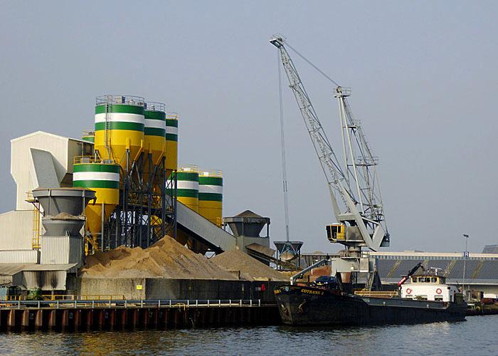 Foto van schip dat zand laadt