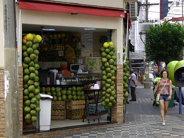Foto van winkel vol kokosnoten