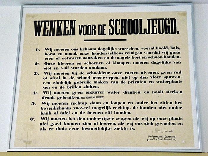 Foto van bord met wenken voor de schooljeugd (1906)