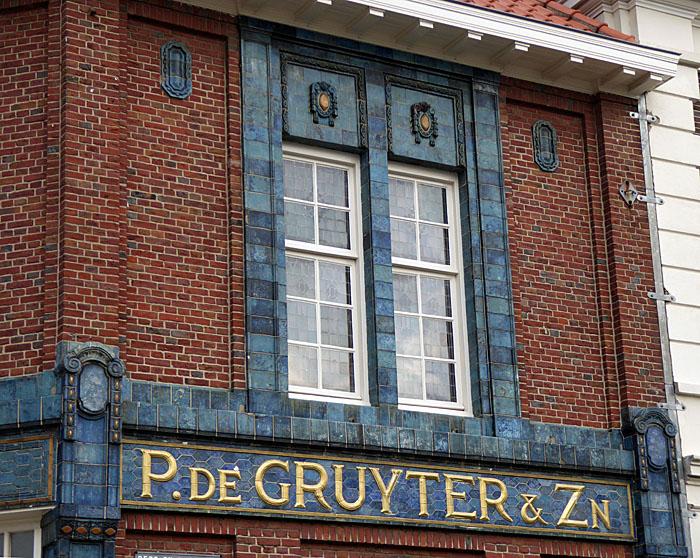 Foto van gevel met opschrift: P. de Gruyter & Zn.