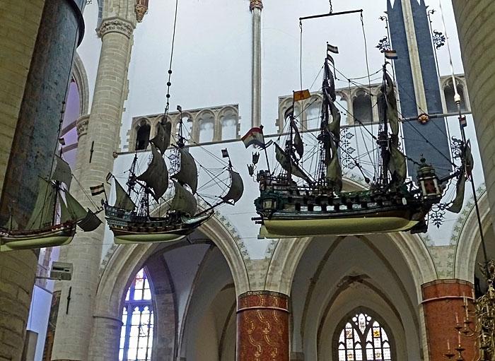 Foto van modelschepen hangend aan plafond