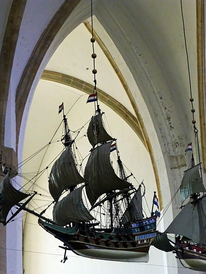 Foto van modelschip hangend aan plafond