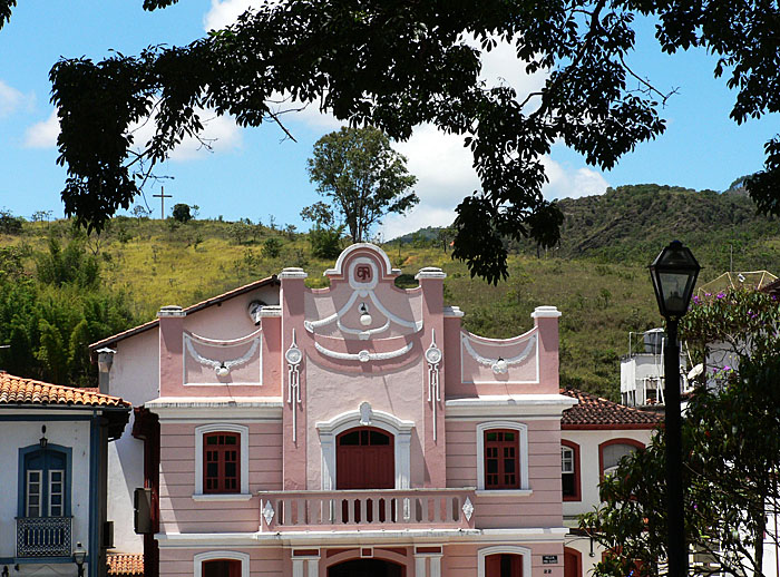 Foto van roze pand tussen heuvels