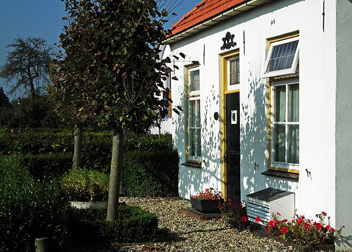 Foto van gevel wit huisje