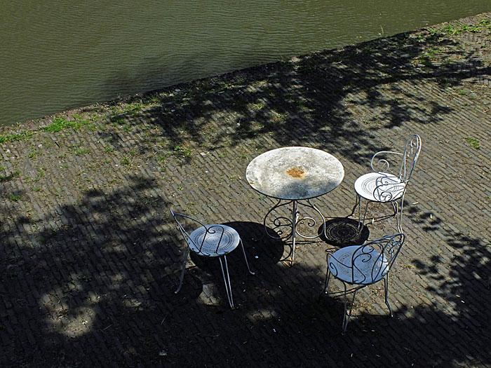 Foto van tafel en stoeltjes