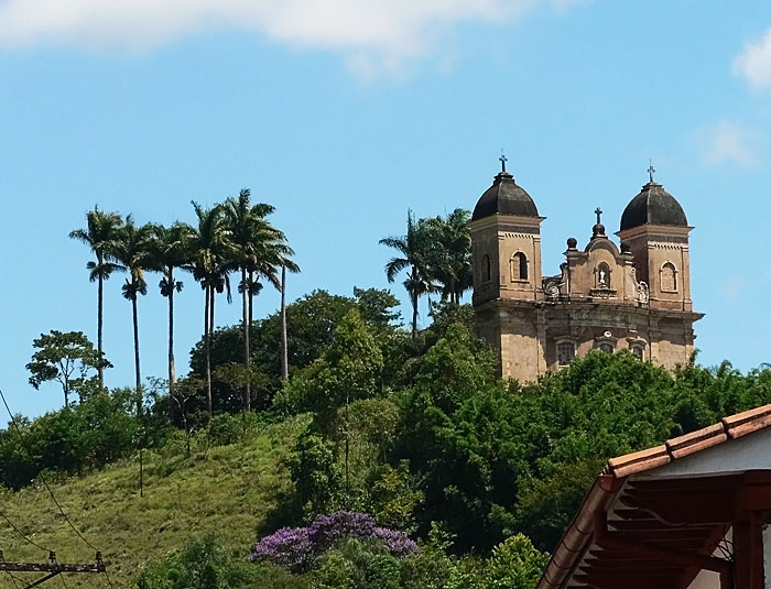 Foto van kerk op heuvel