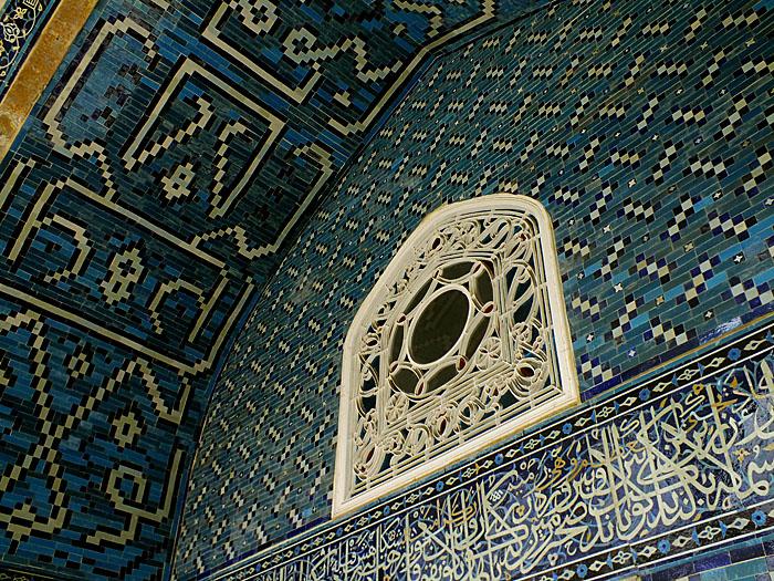 Foto van rijk versierd raam, muur en plafond