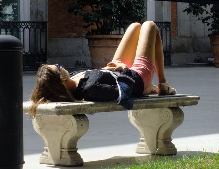 Foto van vrouw liggend op bankje