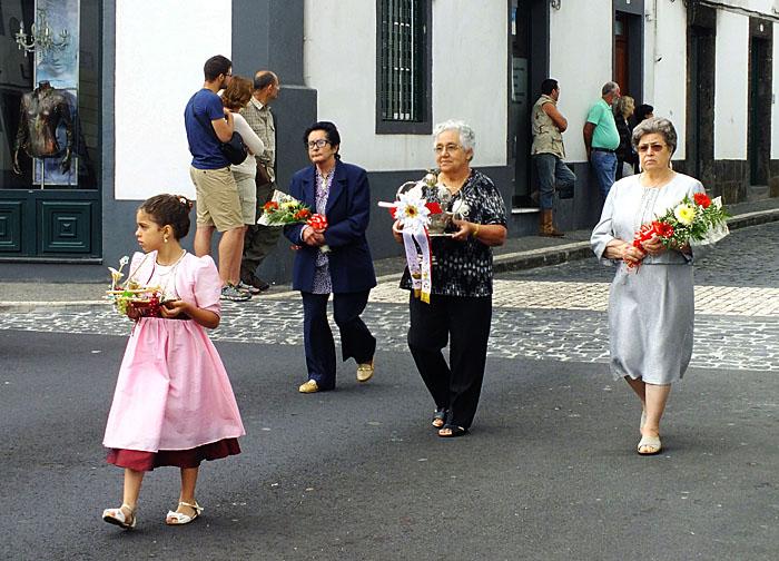 Foto van ouderen in processie
