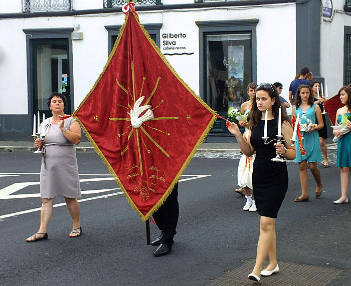 Foto van processiegangers met vlag