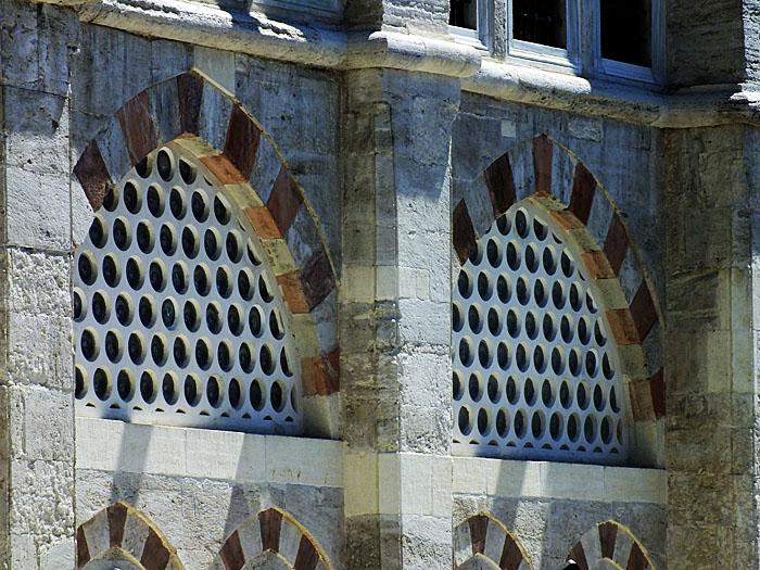 Foto van gevel met rood-witte rand rond ramen
