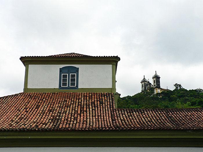 Foto van dak en kerk op heuvel