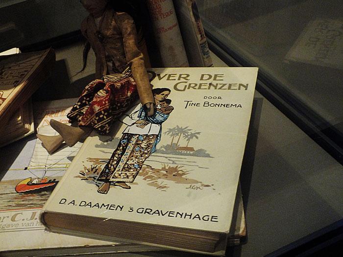 Foto van boek in vitrine
