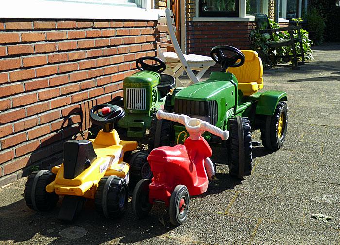 Foto van geparkeerde kindervoertuigen