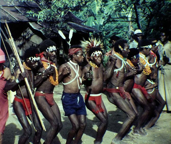Foto van dansende papua's