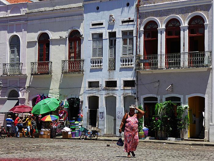 Foto van dame op plein met parasols