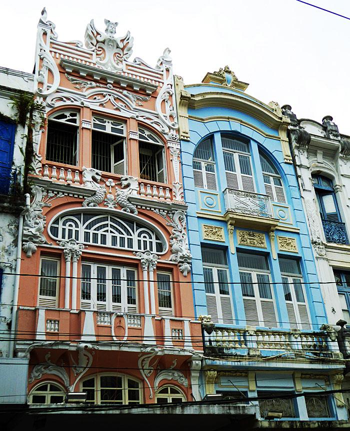Foto van ornamentale gevels (oranje en blauw)