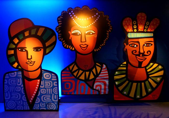 Foto van drie geschilderde gezichten