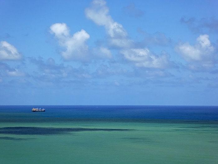 Foto van groenblauwe zee met schip