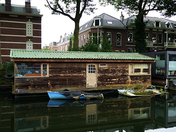 Foto van woonboot met drijvend tuintje