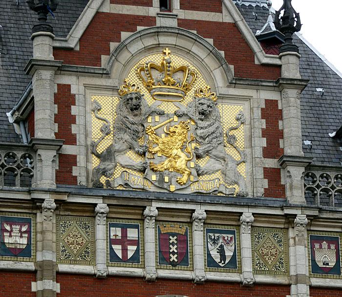 Foto van leeuwen en wapenschild met kroon op gevel