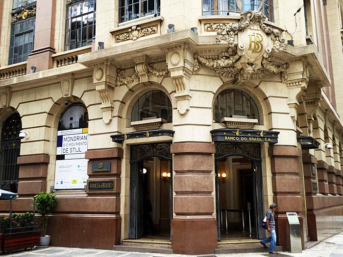 Foto van entree van monumentaal bankgebouw