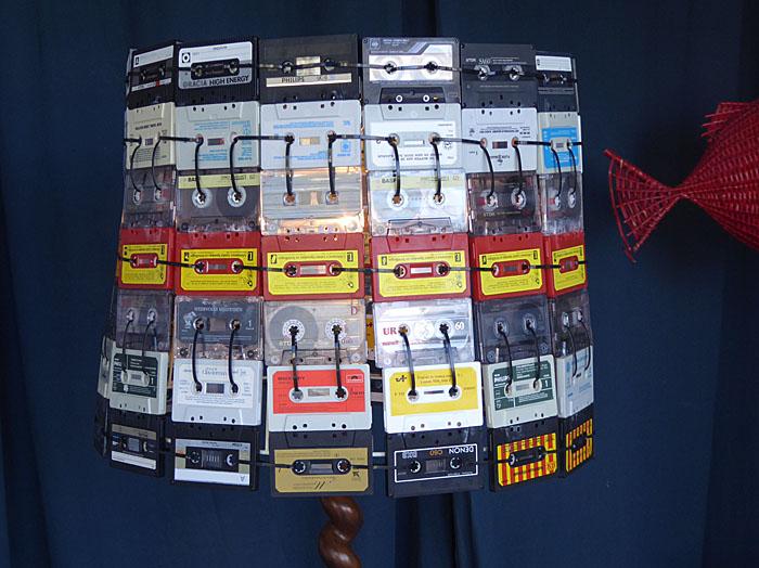 Foto van lampenkap gemaakt van casettebandjes
