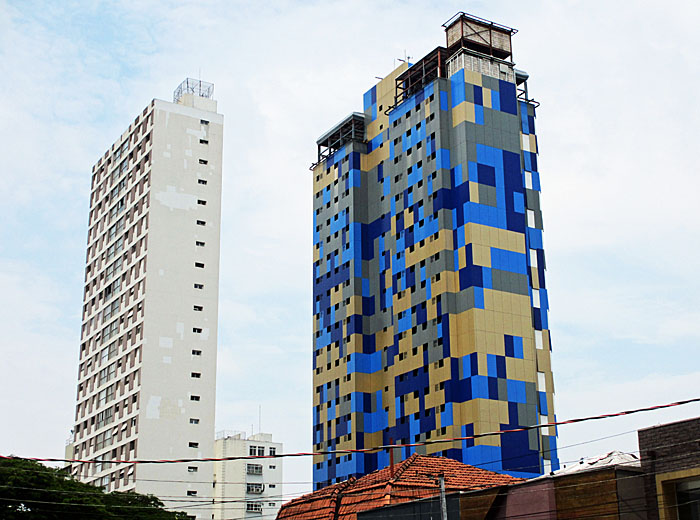 Foto van torenflat met geblokt patroon