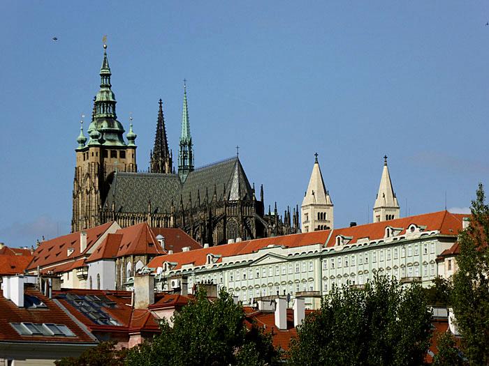 Foto van grote kerk, die ver boven daken uitsteekt